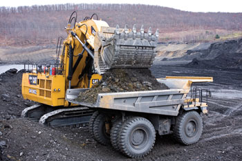 2l-Cat-6030-FS-hydraulic-shovel-loads-Cat-truck-in-coal-mine-C725712