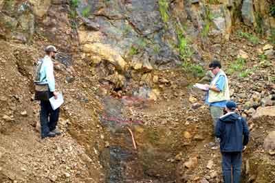 Cayden geologists examine high-grade trench exposure in the Azteca Pit.