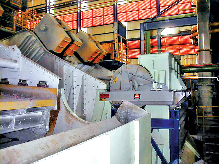 Placing a magnetic drum at the discharge of a vibrating screen can provide a number of operational benefits.