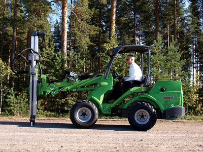 The Doofor DF530X hydraulic rock drill is mounted on a Avant compact loader.