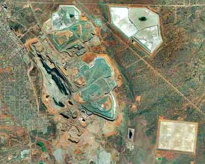 Rock dumps and TSFs surround the Big Pit at Kalgoorlie. (Photo: Jon Engels - www.tailpro.com)