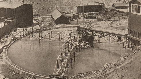 A photo of a Dorr thickener at the Arizona Copper Co. shows the trusses, which carry the rakes (July 24, 1915).